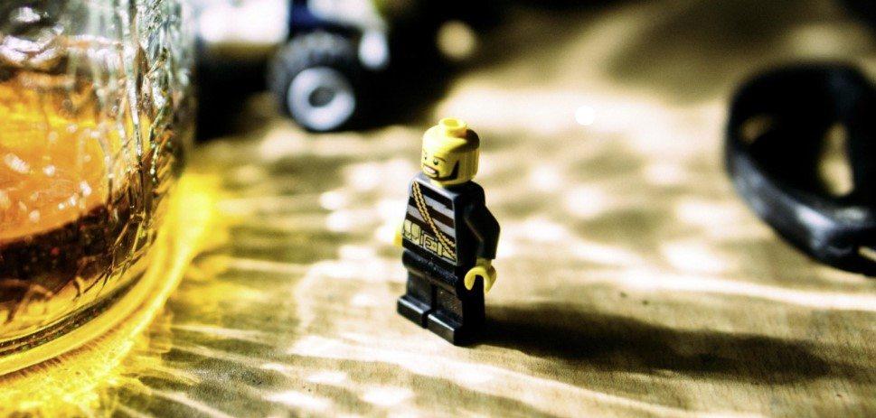 Un LEGO et une bière alcoolisée