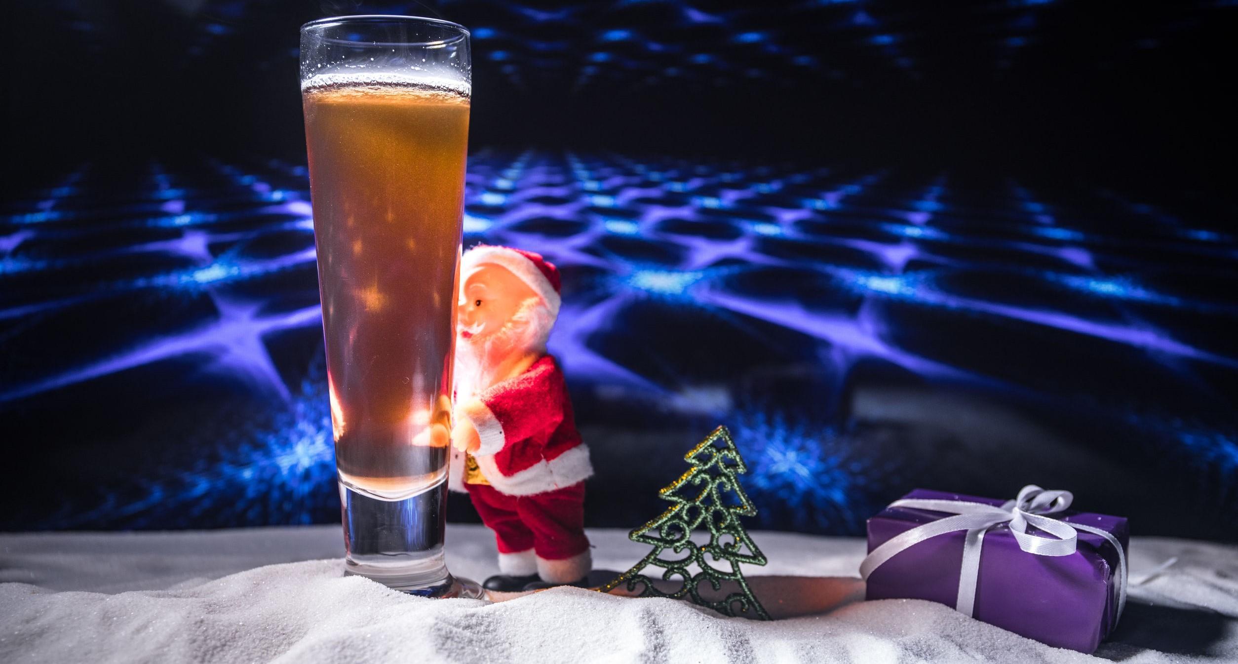 Bière de Noël sur la neige avec des œuvres d'art décoratives