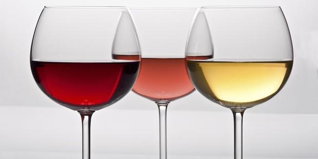 Trois verres avec du vin rouge, du rosé blanc et du vin blanc