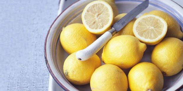 Des citrons entiers et coupés en morceaux dans un bol