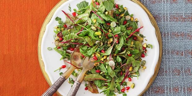 Salade d'herbes avec grenade &amp ; pistaches