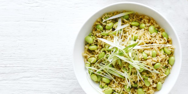 Riz brun et haricots de soja dans un bol