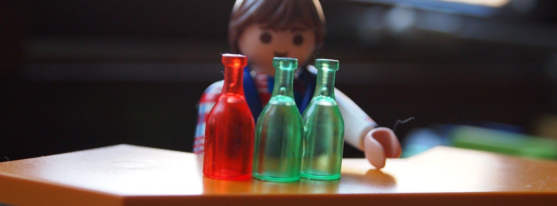 Un barman jouet servant de l'alcool