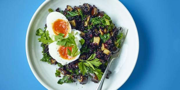 Deux oeufs durs avec du riz noir &amp ; aubergine
